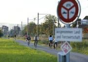 Auf dem Chamer Fussweg gilt ein Verbot für schnelle E-Bikes mit einem gelben Nummernschild. (Bild: Stefan Kaiser (Cham, 14.10.2014))