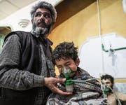 Nach einem mutmasslichen Giftgasanschlag wird ein Kind medizinisch versorgt. (Bild: Mohammed Badra/Keystone (Shifunieh/Ost-Ghuta, 25. Februar 2018))