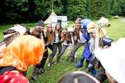 Eine ausgelassene Runde: Die Mädchen vom Blauring St. Johannes Luzern in ihrem Sommerlager 2014 in Lungern. (Bild Manuela Jans)