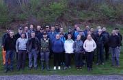 Freiwillige des Urner Fischereivereins und des Amts für Umweltschutz vor der Bachputzete. (Bild: pd/Kanton Uri (Peter Vorwerk))