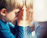 Psychisch kranke Eltern haben oft keine Kraft für ihre Kinder und lassen diese allein mit ihren Ängsten. (Bild: Getty)