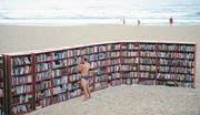 Strandbibliotheken werden weltweit immer beliebter. Diese hier am Bondi Beach in Sidney stand allerdings nur einen Tag: Es war eine Werbeaktion eines Möbelherstellers. Bild: James D. Morgan/Getty (Bild: James D. Morgan/Getty)