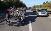 Der Verkehr auf der A14 musste am Unfallauto vorbeigeleitet werden. (Bild: Luzerner Polizei)