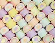 Kinder lieben buntes Essen. Die Lebensmittelindustrie weiss sich das zu Nutze zu machen und hilft etwa bei Marshmallows mit viel Farbstoffen nach. (Bild: Kelly Bowden/Getty)