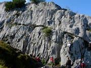 Kinder beim Klettern in Sisikon. (Bild: Ernst Immoos/Archivbild)