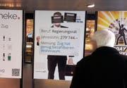 Die Macher der Kampagne haben die Plakate im Zuger Bahnhof überklebt. (Bild: PD)