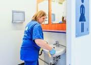 Rebecca Abt putzt die sanitären Anlagen. (Bild: Neue LZ / Philipp Schmidli)