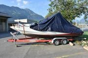 Der Bug des Bootes ist nach dem Aufprall auf den Felsen beschädigt. (Bild: Kantonspolizei Nidwalden)