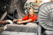 Das duale Bildungssystem in der Schweiz ist ein Erfolgsmodell, im Bild eine junge Lastwagenfahrerin. (Archivbild Neue LZ)