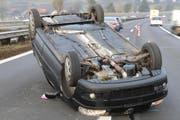 Das Auto kam auf dem Dach liegend zum Stehen. (Bild: Luzerner Polizei)