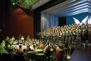Der Chor Audite Nova zusammen mit der Brass Band Rickenbach im Theater Casino Zug. (Bild: Christian H. Hildebrand (18. März 2018))