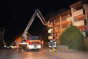Mit einem Hubretter mussten die Bewohner eines Mehrfamilienhauses gerettet werden. (Bild: Kantonspolizei Obwalden (Kerns, 29. März 2017))