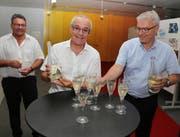 Der zuständige Gemeinderat Seppi Scherer (Mitte) freut sich mit Gemeindeschreiber Daniel Ottiger (links) und Bruno Landolt von der Controlling-Kommission uber den neuen Schaumwein Meggenhorn. (bild: PD)