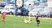 Makshana (links) versetzt die Fans in Bavois mit seinem Tor zum 1:0 in Ekstase – Chams Merlo (gelbes Trikot) und Niederhauser sind geschlagen. (Bild: Raphael Biermayr (18. März 2017))