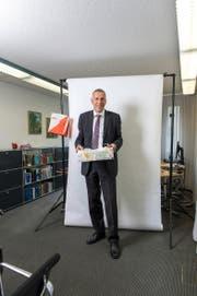 CVP-Ständerat Konrad Graber in seinem Büro in Luzern – als OL-Läufer mit Karte und Kompass in der Hand. (Bild Roger Grütter)