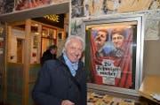Emil vor dem «Die Schweizermacher»-Plakat beim Kino in der «Brotfabrik» in Berlin-Weissensee. (Bild: Ricardo Tali)