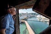 Renato Steffen vom Artillerieverein im Obergaden des Wasserturms in der Stadt Luzern. Bild: Dominik Wunderli (Luzern, 28. September 2016)