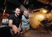 Stefan Enzler (links) und Marco Zimmermann freuen sich auf den Kaffee der neuen Maschine. (Bild: Stefan Kaiser (23. Januar 2018))