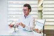 Optiker René Unternährer in seinem Geschäft am Hirschengraben. (Bild: Nadia Schärli (Luzern, 26. September 2017))