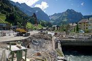 Die Gemeinde Engelberg will bis 2023 das Hochwasserschutzprojekt Engelberger Aa abschliessen. Auf dem Bild: Arbeiten bei der Talstation der Titlisbahnen. (Bild Corinne Glanzmann)