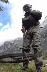 Schweizer Soldaten sollen in Mali Minen entschärfen. Im Bild: Ein Soldat kontrolliert mit einem Detektor ein Übungsminenfeld bei Kandersteg. (Bild: Keystone/Peter Schneider)