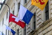 Die Luzerner Kantonsfahne weht am Regierungsgebäude in Luzern. (Bild: Urs Flüeler/Keystone (Luzern, 10. Mai 2015))