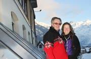 Peter und Susanne Kuhn bei den Sonnenkollektoren vor dem Hotel Edelweiss. (Bild Manuela Jans/Neue LZ)