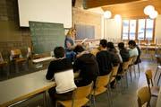 Im Truppenlager Glaubenberg im Kanton Obwalden sind bereits Asylsuchende einquartiert (im Bild ein Deutschkurs in der Anlage). Jetzt will der Bund prüfen, ob es zu einem Bundeszentrum umfunktioniert werden kann. (Bild: Manuela Jans-Koch)