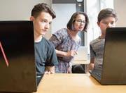 Schüler der Informatikmittelschule mit Lehrerin Eniko Parrag. (Bild: Eveline Beerkircher (Luzern, 24. August 2017))