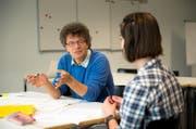 Armin Weingartner (56), Mentor an der PH Luzern, bespricht mit einer Studentin deren Praktikum. (Bild Dominik Wunderli)