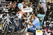 Foormuli Zabihullah bereitet im Coop Bau+Hobby in Cham die E-Bikes zur Abgabe vor. (Bild Stefan Kaiser)