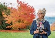 Für einmal selber im Fokus: Die Meggerin Margrith Imhof-Röthlin intensivierte vor fünf Jahren ihr Hobby – und hat seither ihre Kamera fast immer dabei. (Bild: Nadia Schärli (Meggen, 15. November 2017))