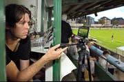 Der SCK-Kommunikationsverantwortliche Thomas Tobler richtet im Krienser Kleinfeld die Handykamera auf das Spielgeschehen. (Bild Nadia Schärli)