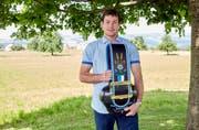 Beat Wolfisberg gelang der beste Abschluss seines Jahrgangs als Landwirt. Als Auszeichnung erhielt er die Treichel. (Bild: pd)