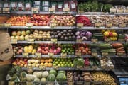 Blick ins Gemüse-Regal mit den gekühlten Frischprodukten. (Bild: Urs Flüeler / Keystone (Zug, 30. Mai 2017))