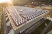 Das Bieler Fussball- (hinten) und Eishockeystadion. (Bild: PD)