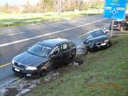 Die beiden beteiligten Autos kamen im Wiesland zum Stehen. (Bild: Schwyzer Polizei)