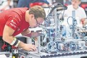 Hier sind die beiden Weltmeister noch konzentriert am Arbeiten: Automatiker Cédric Achermann ... (Bild: Swiss Skills/Michael Zanghellini)