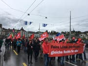 Die bewilligte 1.-Mai-Demonstration bewegt sich auf der Seebrücke Richtung Hauptpost. (Bild: Jonas von Flüe / luzernerzeitung.ch (Luzern, 1. Mai 2017))