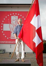 Er hat täglich mit Fahnen zu tun, aber das Schweizer Kreuz auf rotem Grund weckt bei ihm weiterhin spezielle Emotionen: Heinz Höhener auf dem Dach der Heimgartner Fahnen AG. (Bild Ralph Ribi)