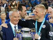 Leicester-Trainer Claudio Ranieri (links) mit Torhüter Kasper Schmeichel. (Bild: AP / Matt Dunham)