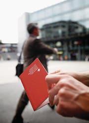 Wer den roten Pass möchte, muss weiterhin vor die Gemeindeversammlung treten. (Symbolbild: Stefan Kaiser)