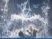 Eine der packenden Szenen der neuen Altdorfer Inszenierung: Wilhelm Tell (Pan Aurel Bucher) rettet sich im Föhnsturm ans Ufer. (Probenfoto) (Bild: KEYSTONE/URS FLUEELER)