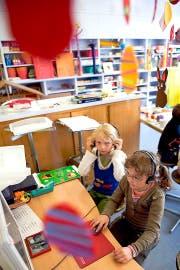 Der gemischte Sprachunterricht ist hier bereits Tatsache: Im jurassischen Movelier gehen Kinder aus der West- und aus der Deutschschweiz zusammen in die Schule. (Bild: Keystone/Georgios Kefalas)
