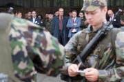 Bundesrat Guy Parmelin beobachtet Armee-Angehörige anlässlich einer Übung. (Bild: Marcel Bieri / Keystone (Burgdorf, 31. August 2017))