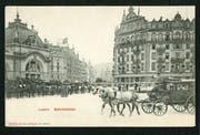 Die Postkarte zeigt den Bahnhofplatz in Luzern anno 1904. Links ist der Seitenflügel des alten Bahnhofs aus dem Jahr 1896 zu sehen, rechts das einstige Hotel Sankt-Gotthard-Terminus (Baujahr 1869). Der Bahnhof fiel 1971 einem Brand zum Opfer, das Hotel wurde 1964 abgerissen. (Bild: pd)