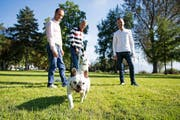 Die Initianten der Interessengemeinschaft Hundewiese am Luzerner Churchill-Quai (von links): Michael Stehle, Kurt Imhof und Fabian N. Martin mit Hund Louis.Bild: Corinne Glanzmann (29. September 2016)