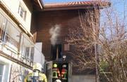 Die Feuerwehrleute löschen den Brand im Bauernhaus in Menzingen. (Bild: Zuger Polizei)