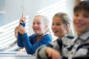 Philosophie macht sichtlich Spass: Primarschülerin Lucie (links) während einer Veranstaltung der Kinderkanti an der Kantonsschule Beromünster. (Bild Eveline Beerkircher)