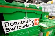 Die Kisten stehen bereit für den Verlad am Flughafen. In Zusammenarbeit mit dem Deza wurde im Mai 2015 auf dem Flughafen Zürich eine Hilfsgüterlieferung für das Erdbebengebiet in Nepal von rund 38 Tonnen Infrastruktur für die Eigenlogistik der Helferteams abgefertigt und auf ein Frachtflugzeug verladen. (Bild: Urs Flüeler/Keysteone (Zürich, 1. Mai 2015))